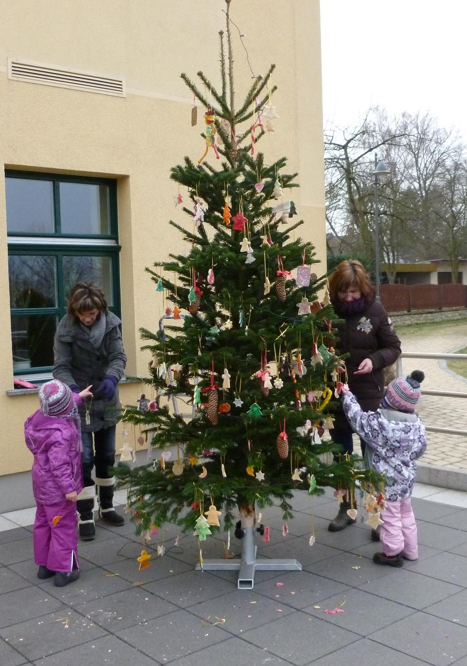 Tannenbaum Draußen Schmücken.Winterfest In Starkenberg Gemeinde Starkenberg